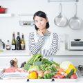 食材と悩む女性