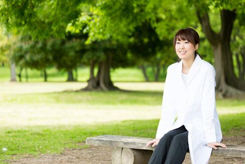 周囲から人気を集める女医が実践している、白衣の下の服装のポイント