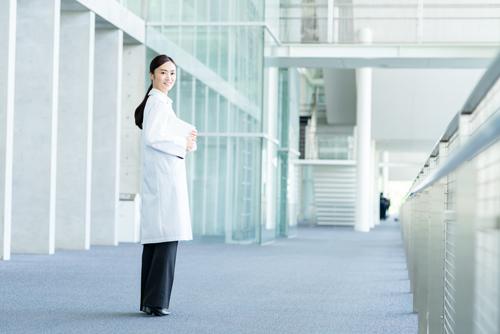 動きやすさもカッコよさも大切! 女医が「白衣」を選ぶときのポイント